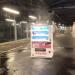 【悲報】金沢文庫のホーム上で自販機が滝行してる件wwww